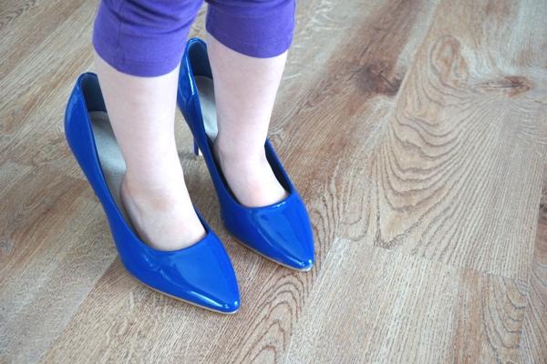 dziewczynka w niebieskich szpilkach