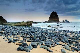 Pemandangan Pasir dan Bebatuan di Pantai Papuma
