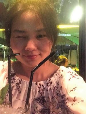 ウインクしている中国人女性