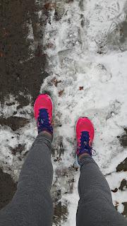 Jambes de coureuses, espadrilles de course New Balance, asphalte, neige