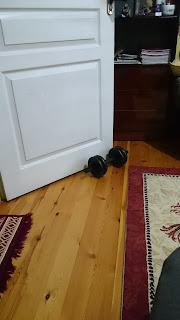 Kapının önüne dambıl koymak