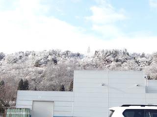 社員駐車場からは、雪化粧した宮野山が望めます