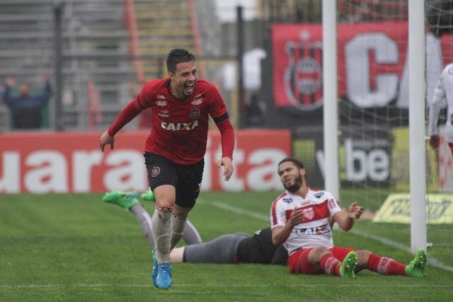 Após boa temporada em 2017, meia-atacante Rafinha assina com o Goiás