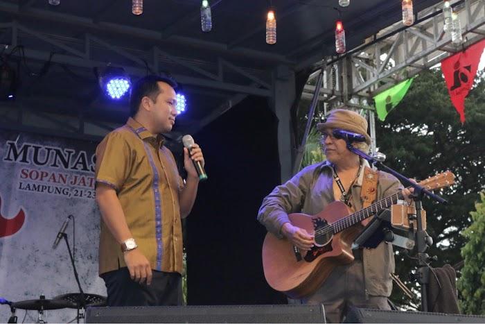 Gubernur Lampung Bernyanyi Bersama Iwan Fals Di Acara Konser Munas OI