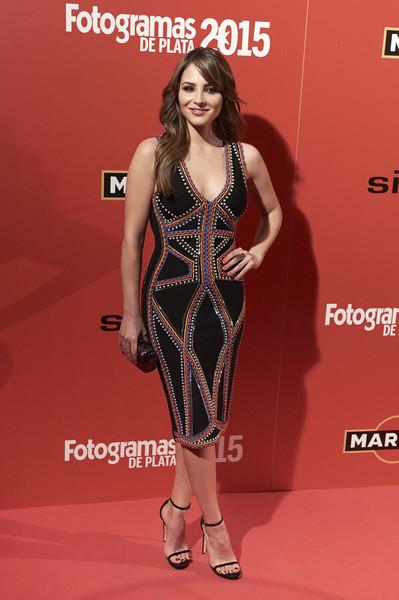 Andrea Duro .Con un vestido negro con bordado multicolor de