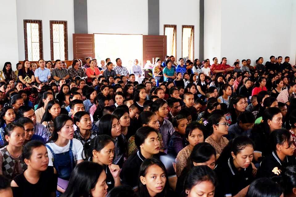 Para Umat yang Hadir dalam kegiatan Misa Syukur 200 Tahun Konggregasi Suster Pasionis Di Dunia.(Foto Humas Pemkab Sekadau).