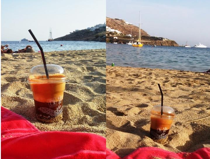 na plaży kubek mrożonej kawy frappe , w tle greckie morze Mykonos