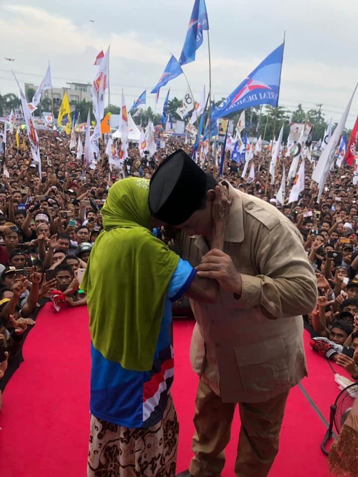 Lansia yang Peluk Prabowo Dibayar Rp500 Ribu? Begini Faktanya