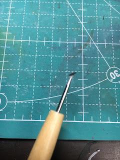 エンボスペンで接ぎ紙にのりをつける