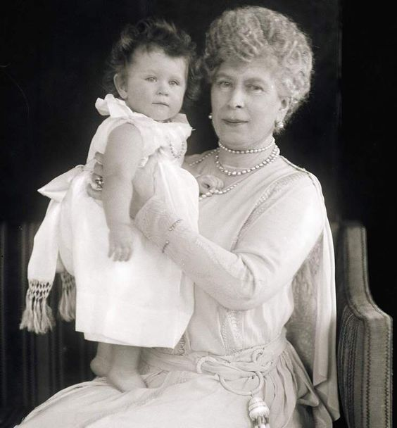 These Cute Photos of a Young Queen Elizabeth II Will Make ...  These Cute Phot...