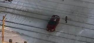 رجال ينقذون سيارة عالقة على سكة قبل وصول القطار بلحظات