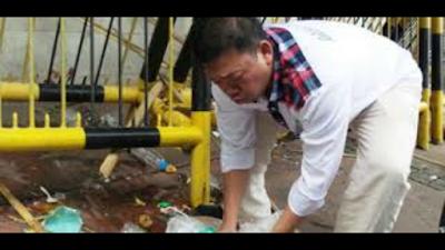 Nusron pungut sampah