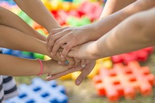 mani unite di bimbi piccoli