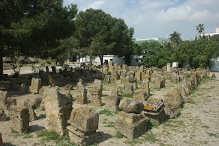 Картагенски Тофет Тунис Включва голям брой гробове на деца принeсени в жертва на  финикийските божества Танит и Ваал