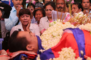 Supporters mourn over the body of political analyst Kem Ley on Monday at Wat Chas pagoda in Chroy Changvar district. KT/Chor Sokunthea