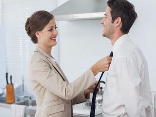 девушка завязывает мужчине галстук