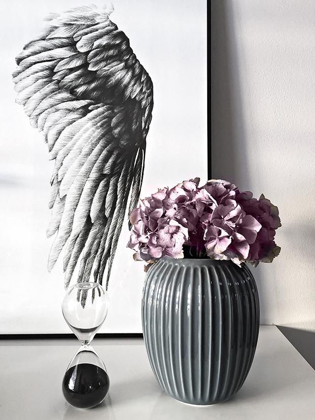 Keramická váza Hammershøi Anthracite a plakát The Wing of Ikaros