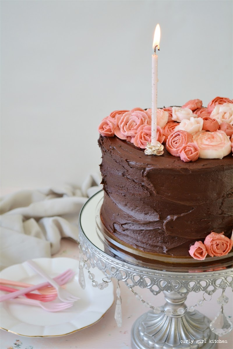 Piping Buttercream Flowers, Flower Cake, Cake Decorating Ideas, Chocolate Buttercream, Buttercream Roses, Buttercream Ranunculus