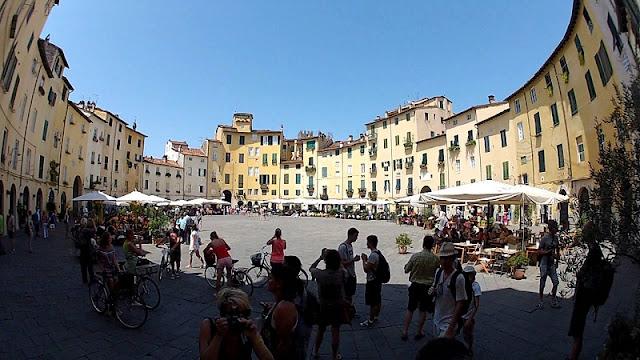 Piazza Anfiteatro em Lucca na Toscana