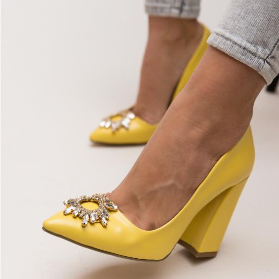 Pantofi de zi galbeni eleganti cu toc gros inalt si brosa argintie