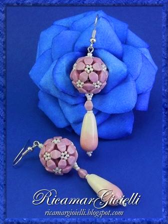 Orecchini con sfere realizzate con le pinch e decorati con gocce sfumate