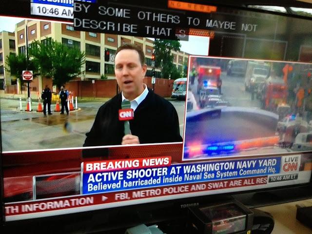 軍施設の発砲事件を伝えるキャスター。 日本人と違って身振り手振りが大きく動き回るのでまともな写真が撮れない。