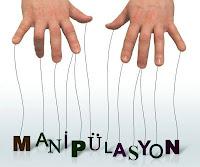 Parmak uçlarına bağlı ipliklerin ucundaki manipülasyon sözcüğü harfleri kukla gibi oynatılıyor