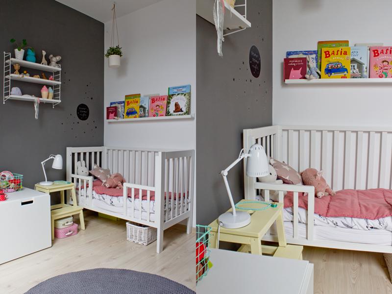 sypialnia trzylatki, łóżeczko dla dziecka, pokój dla dziecka w stylu skandynawskim, biała lampka nocna, lampka nocna, łóżeczko niemowlęce, ikea, meble ikea w pokoju dziecięcym, dywan ze sznurka, sznurkowy dywan, naklejki ścienne, półka ribba, półka na ksiażki, jak eksponować książki, kolorowe kuferki,