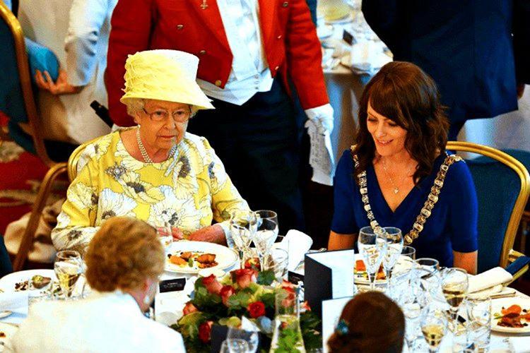 İngiltere kraliçesi yemek yemeyi bıraktığında masada yer alan herkesin yemeyi bırakması gerekmektedir.