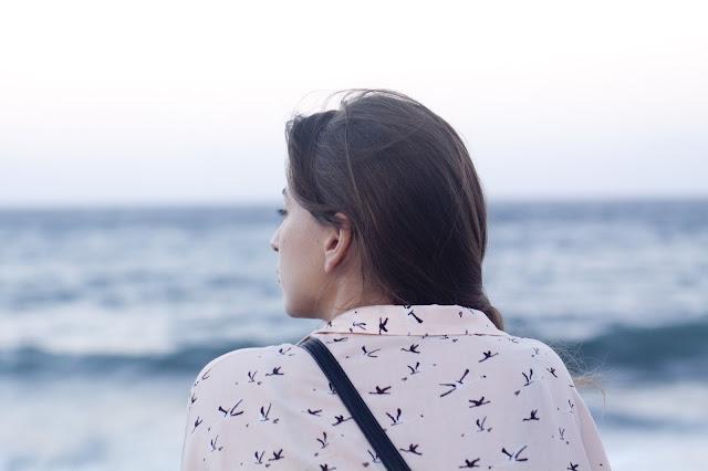 Não Desista do Seu Ministério (Parte 2) - garota pensando, garota olhando para o mar, Blog Dança Cristã, Por Milene Oliveira