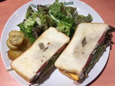 三軒茶屋にあるファーマーズチキンのサンドイッチのお皿を上から撮った写真