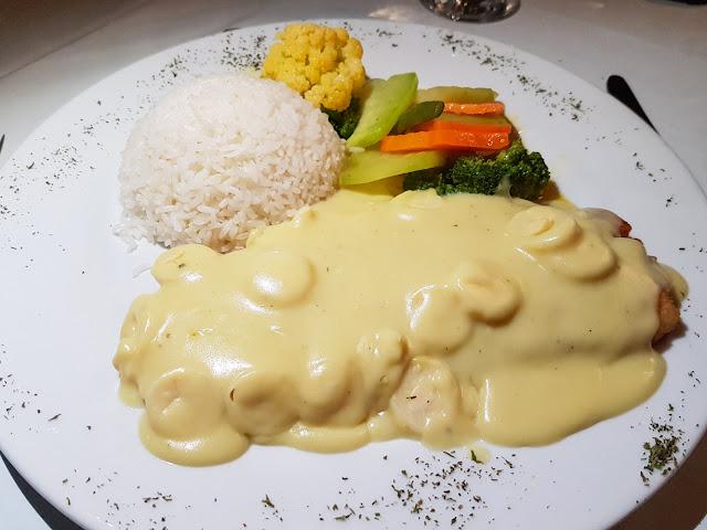Corvina con salsa de palmito en el restaurante del Cloud Forest Lodge