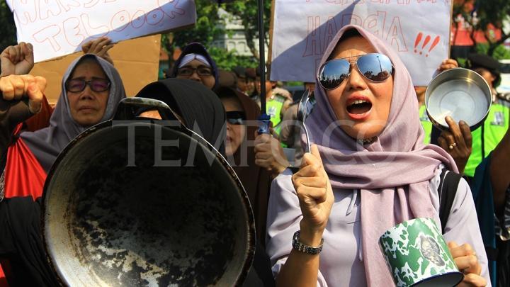 Emak-Emak Militan Geruduk Istana Negara, Inilah Senjata yang Dipakai