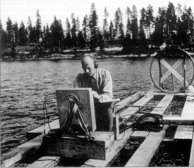 """El oficial de la Fuerza Aérea Sueca Karl-Gösta Bartoll busca un """"cohete fantasma"""" que se estrelló en el lago Kölmjärv el 19 de julio de 1946."""