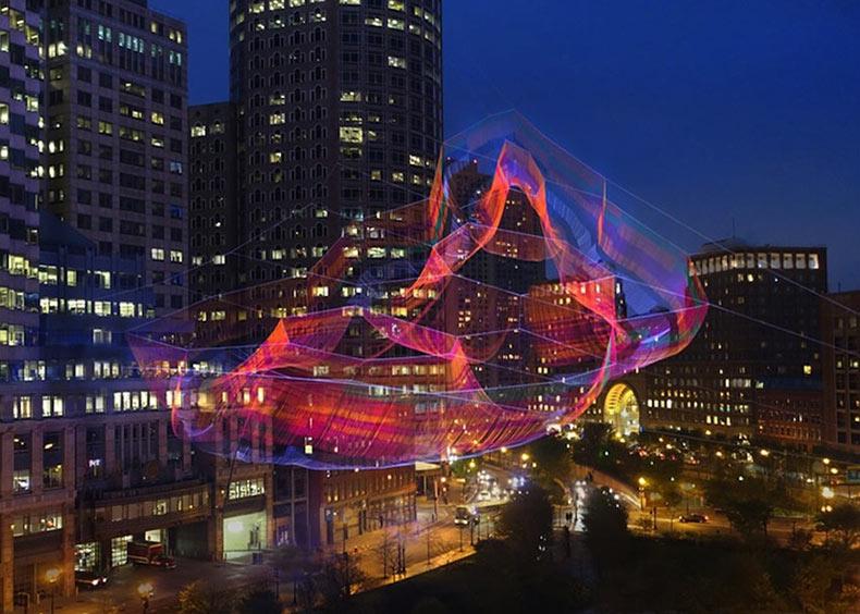 Una monumental escultura colorida de red de torzal suspendido sobre Boston