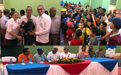 Consulado de Boston dona cientos de útiles a ligas de béisbol y softball en la provincia Montecristi
