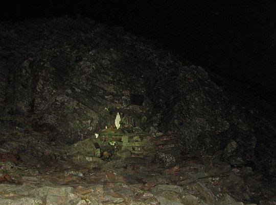 Figurka Matki Boskiej umieszczona w małej grocie na Babiej Górze.