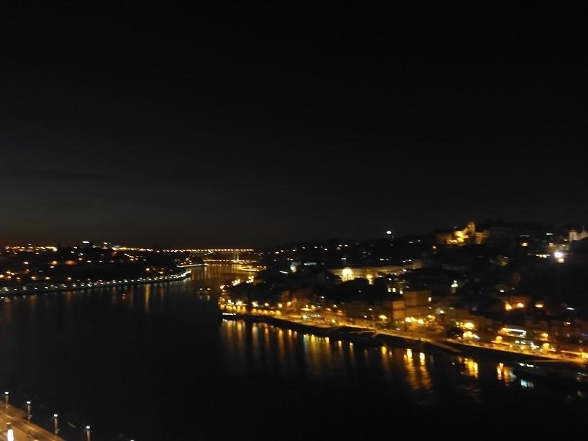 De  Gaia olhando a Ribeira, à noite