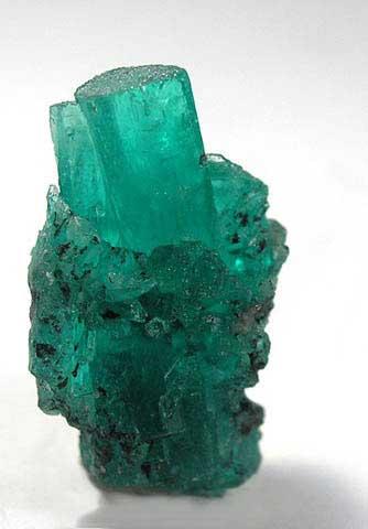 En el Transvaal las esmeraldas están situadas dentro de esquistos  biotíticos y los cristales pueden incluso superar la longitud de un palmo   se trata de ... deb6c5e4136