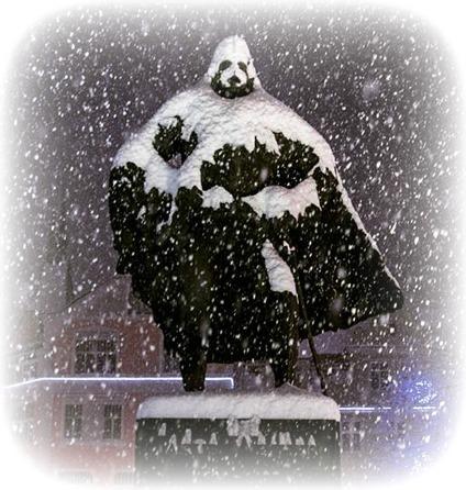 Illusztráció vershez, egy hazafi köztéri szobra, ami hóval borítva Darth Vader, a Sith sötét jedi nagyura formáját veszi fel a Star Wars-ból.