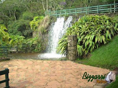 Pedra para cascata na piscina, tipo pedra moledo, com o piso de pedra em volta da cascata com caco de pedra São Carlos.