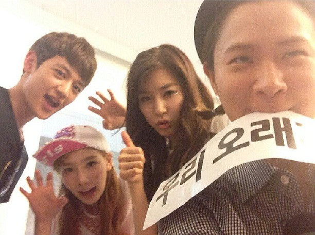 SNSD's Taeyeon and Tiffany snapped a photo with Shinyoung and SHINee's Minho