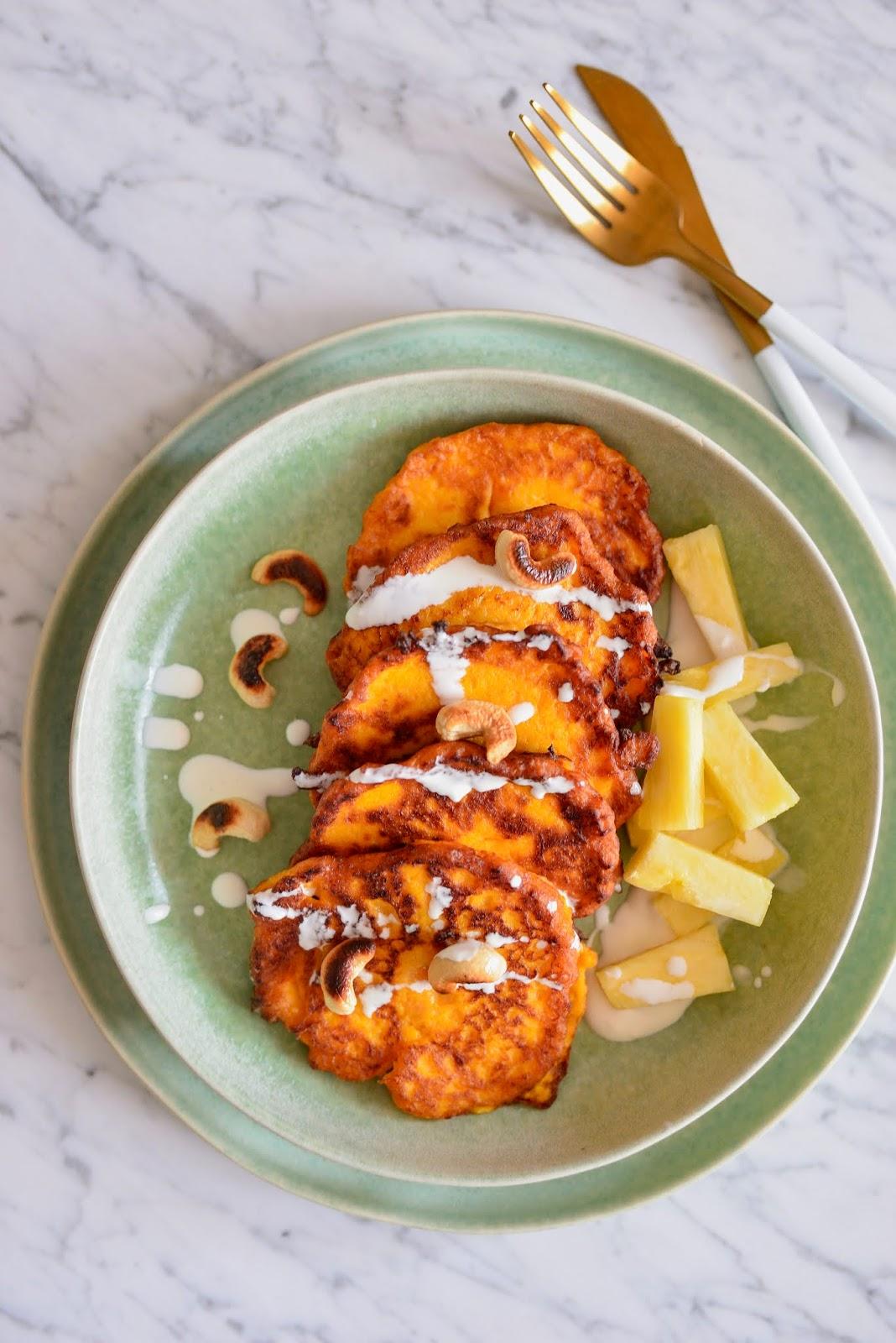 Pancakes z batatów i dyni, podane z orzechami nerkowca i ananasem!