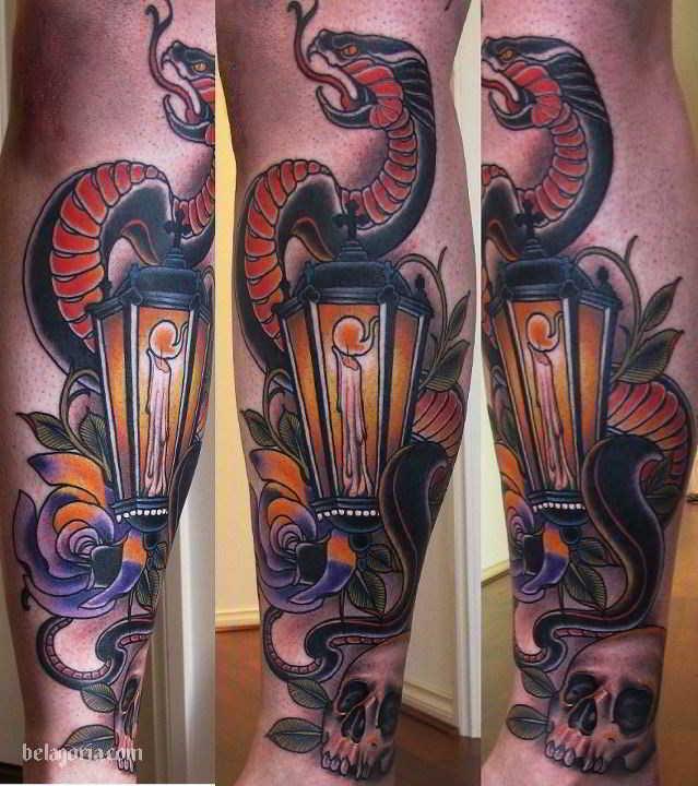 Un tatuaje de Farol antiguo con vela y una serpiente enroscada muy colorido