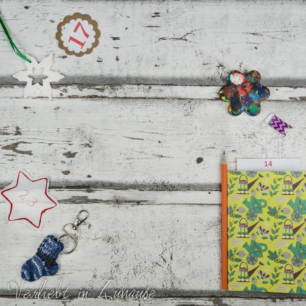 Schneeflocke aus Modeliermasse selber machen. Winzige gestrickte Socke als Schlüsselanhänger. Selbst gebasteltes Notizbuch und Blume aus Wachs.