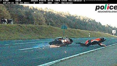 Radarfalle lustiges Blitzer Foto Motorradfahrer rutscht vorbei - lachbilder