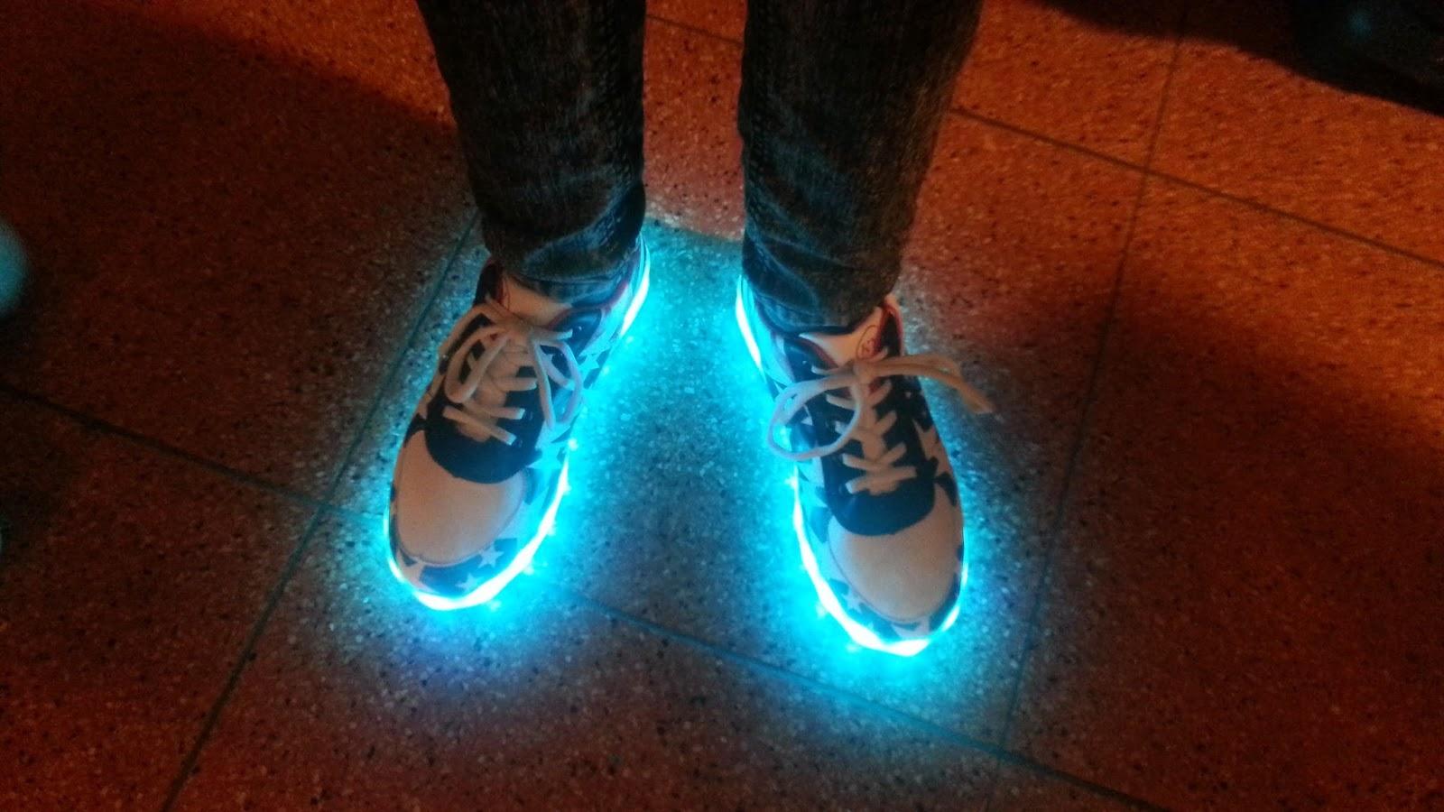 schoenen met blauwe verlichting