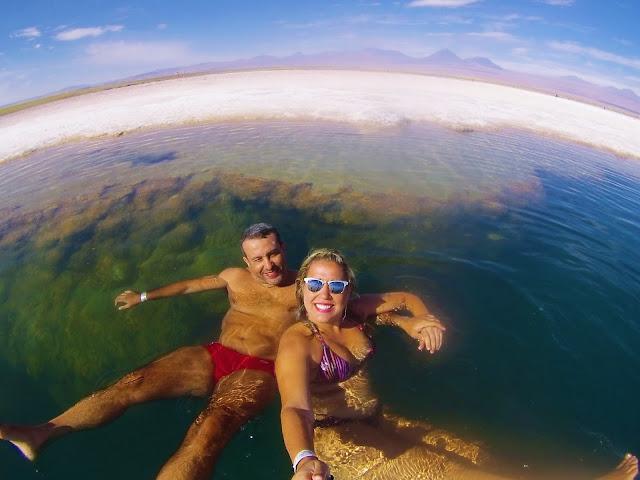 É difícil fazer pose com a água tão salgada na Laguna Cejar