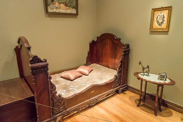 O interior do Palacete Garmatter, quarto com cama de solteiro