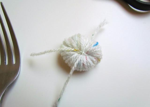 DIY pom poms fork wool knot